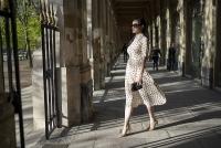 Quý cô cổ điển giữa khu vườn Giverny Paris