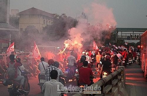 Chấn chỉnh hiện tượng đốt pháo sáng diễn ra tại Sân vận động Hàng Đẫy