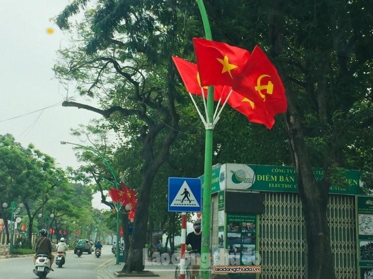 Phố phường Hà Nội rực rỡ Cờ, băng- rôn chào mừng 45 năm Ngày thống nhất đất nước