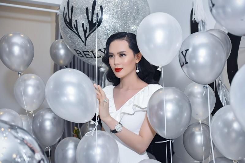 Hoa hậu Sang Lê vẫn giữ vóc dáng đồng hồ cát sau khi sinh em bé