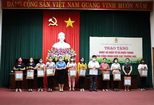 Liên đoàn Lao động huyện Thường Tín đồng hành với giáo viên trong phòng chống dịch
