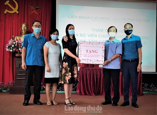 Lãnh đạo Liên đoàn Lao động Thành phố thăm, động viên lực lượng y tế huyện Thanh Trì
