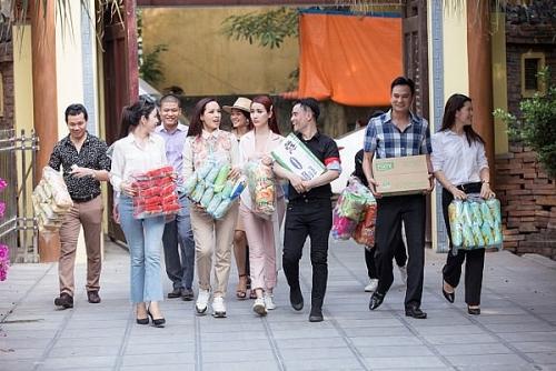 Ban Tổ chức Festival cầu Long Biên cùng các nghệ sĩ làm từ thiện tại chùa Bồ Đề