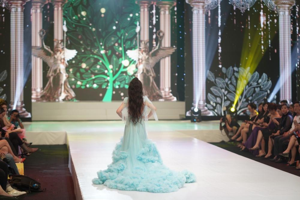 Mẫu nhí Trần Quách Thiên Kim trình diễn điêu luyện với váy công chúa nặng tới 15kg