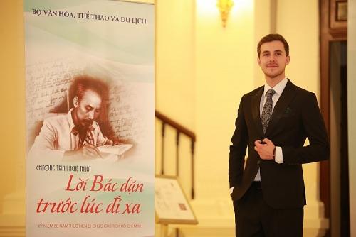 Chàng trai người Anh hát về Bác Hồ bằng cả trái tim