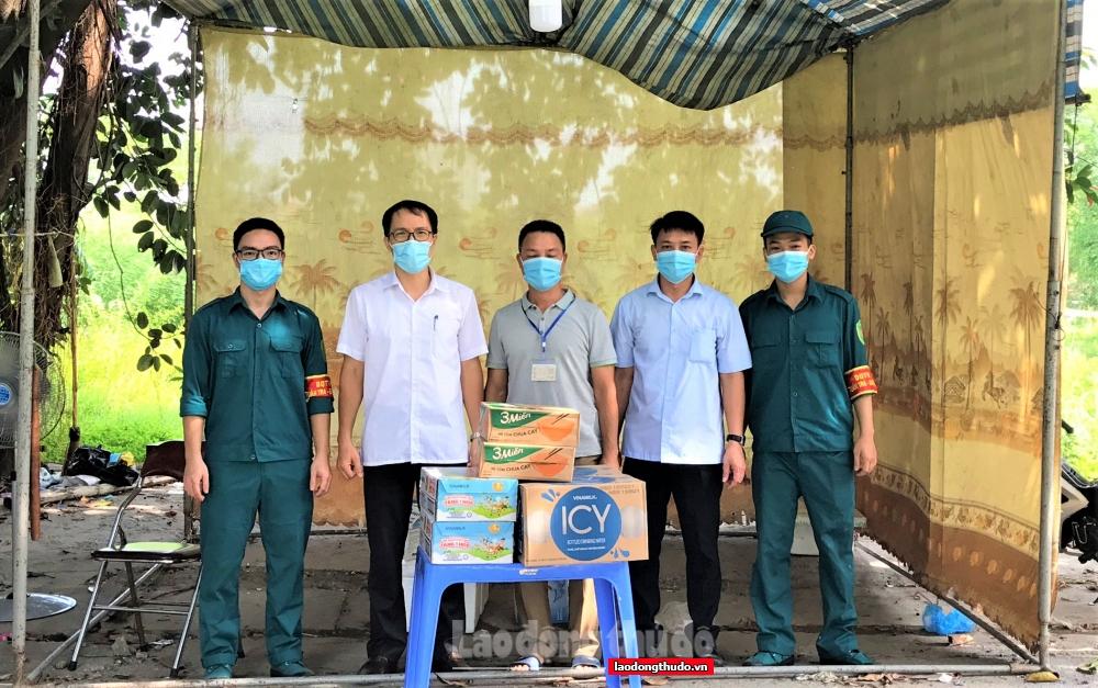 Liên đoàn Lao động huyện Thanh Trì thăm, tặng quà các chốt phòng, chống dịch Covid -19