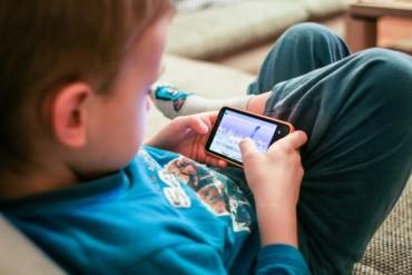 Khi nào nên mua cho con chiếc điện thoại đầu tiên?