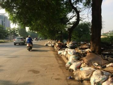 Bãi rác nằm ngay trên đường ở khu đô thị Linh Đàm