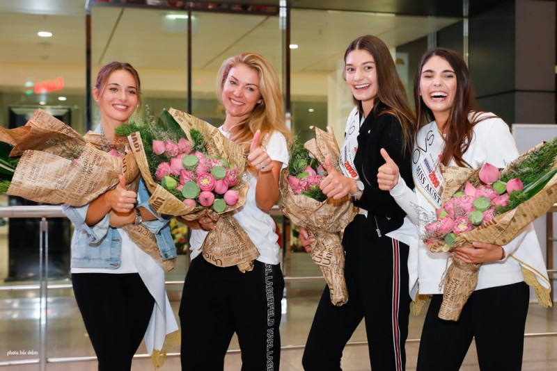 Tân Hoa hậu Áo rạng rỡ khi đến Việt Nam