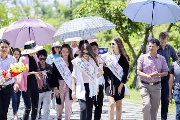 Top 3 Hoa hậu Áo thăm mộ Đại tướng Võ Nguyên Giáp tại Quảng Bình