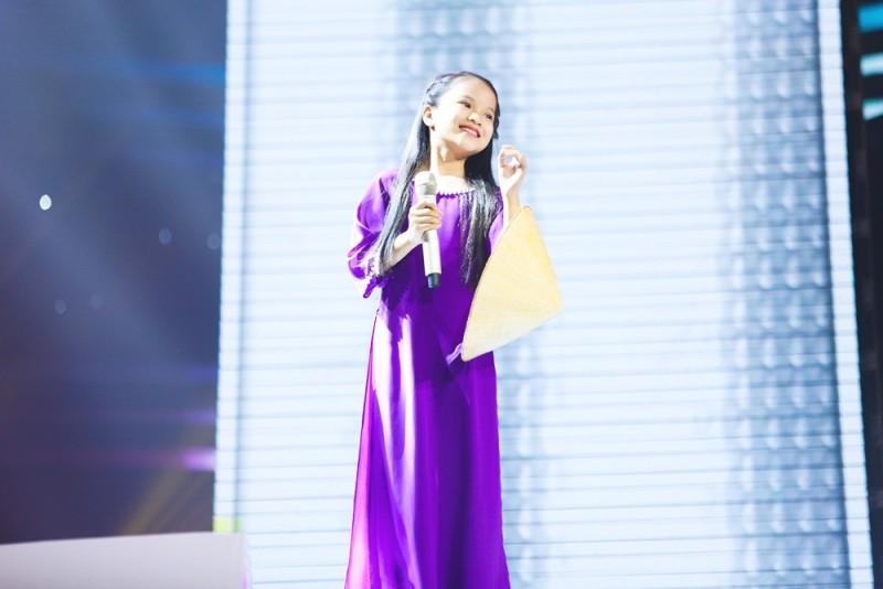 """Xuất hiện cô bé dân ca xứ Huế làm """"tan chảy"""" cả sân khấu The Voice Kids 2018"""