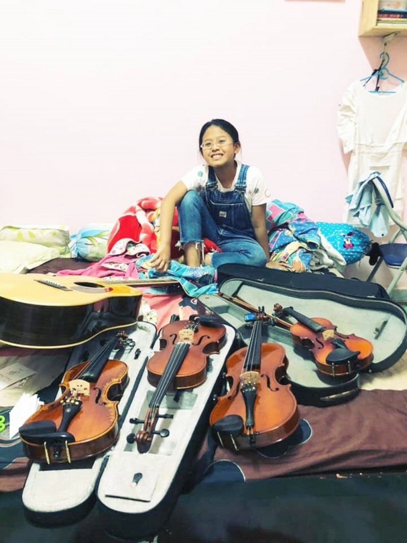 bao han co be ban bun rieu khong chi hat hay con choi piano va violin cuc dinh
