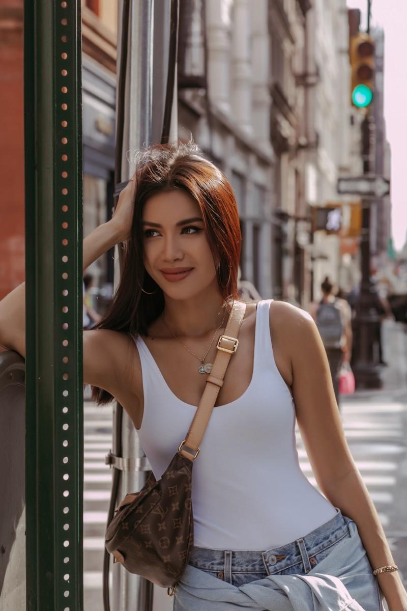 Hoa hậu Minh Tú gợi ý phối đồ với áo blazer và túi xách