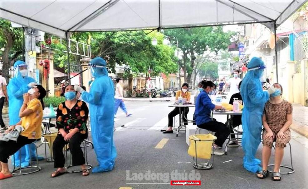 Lực lượng y tế Phú Thọ xuyên đêm hỗ trợ xét nghiệm cho người dân huyện Thanh Trì