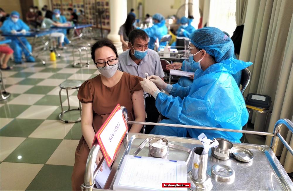 Lực lượng y tế tỉnh Phú Thọ và huyện Thanh Trì thức xuyên đêm xét nghiêm diện rộng