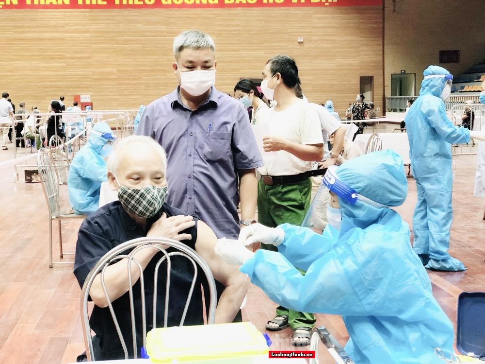 Thanh Trì thần tốc xét nghiệm và tiêm vắc xin để về đích đúng kế hoạch