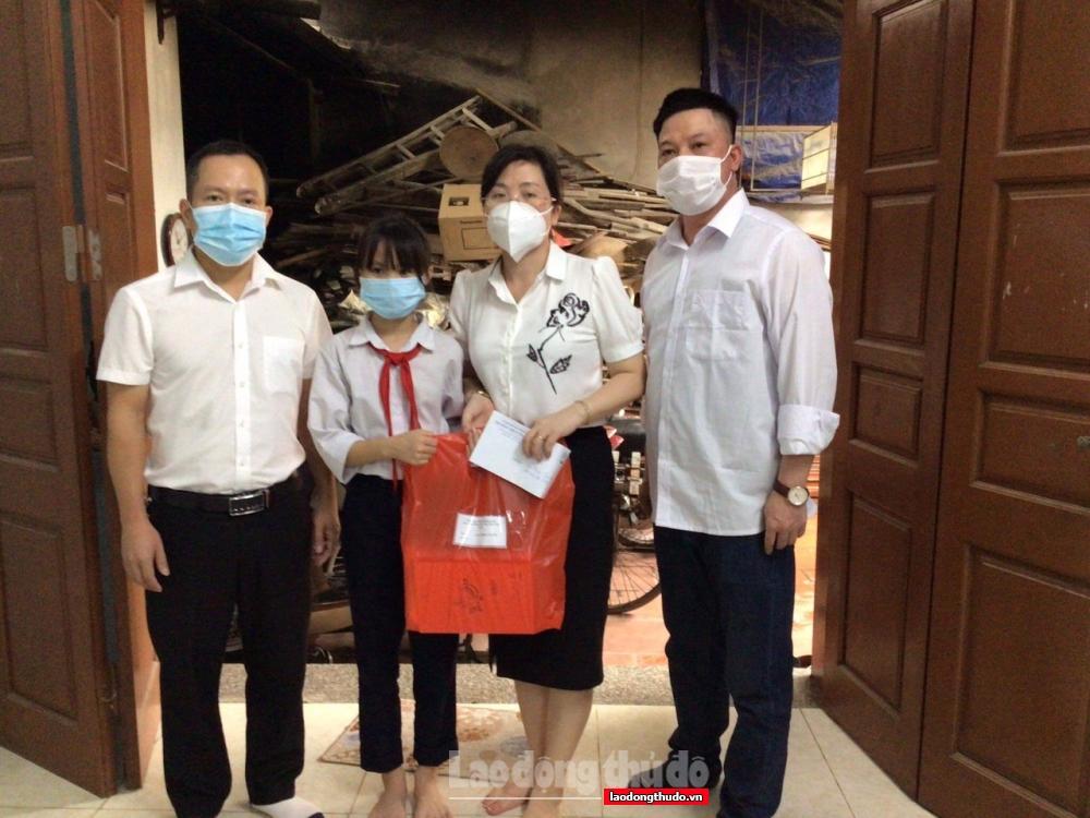 Trường THCS Thanh Liệt hỗ trợ điện thoại và đồ dùng học tập cho học sinh khó khăn