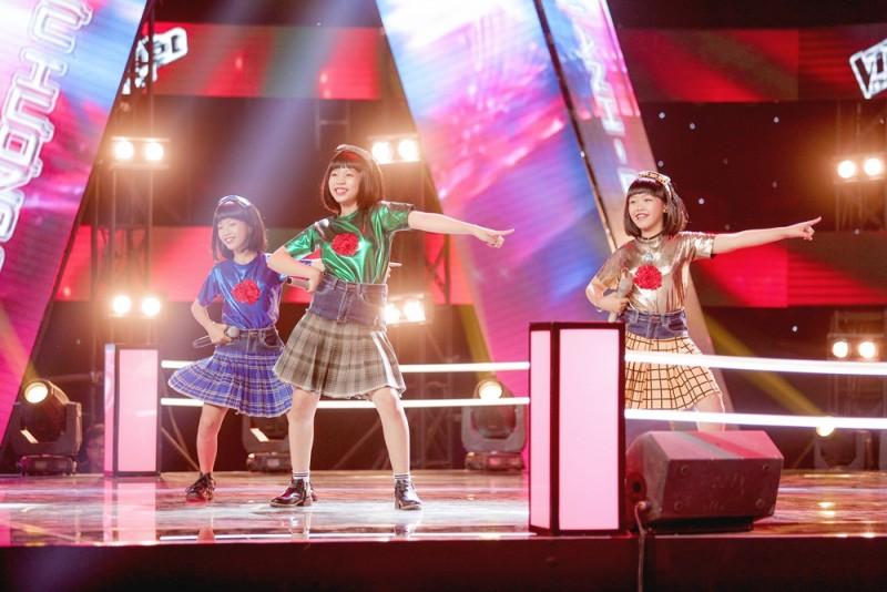 Hồ Quỳnh Hương, Dương Triệu Vũ, Đông Nhi, Ông Cao Thắng phấn khích với các thí sinh nhí The Voice Kids
