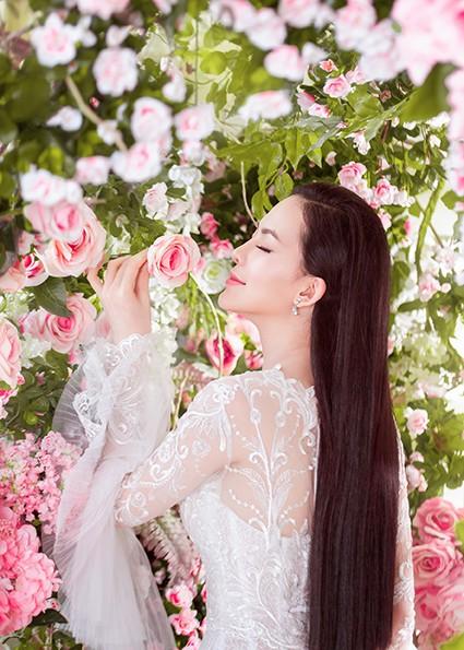 Hoa hậu Sang Lê kiêu kỳ đọ sắc với hoa hồng