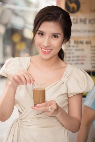 Dương Yến Nhung giới thiệu bánh mì và cà phê vợt đến với Miss Tourism Queen Worldwide 2019