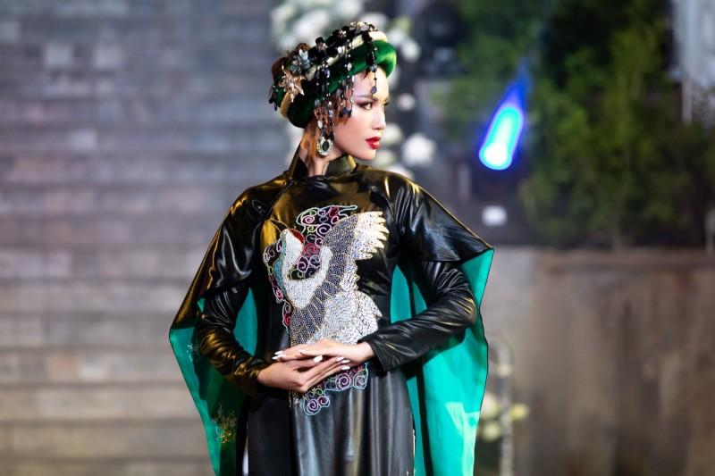 Minh Tú diện áo dài Lãnh Mỹ A trình diễn xuất thần