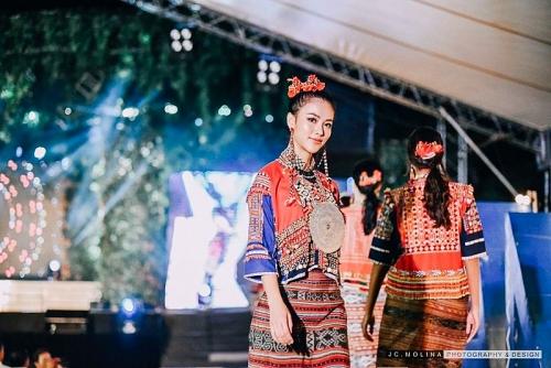 Phương Khánh trình diễn thời trang cùng dàn người đẹp Hoa hậu Trái đất