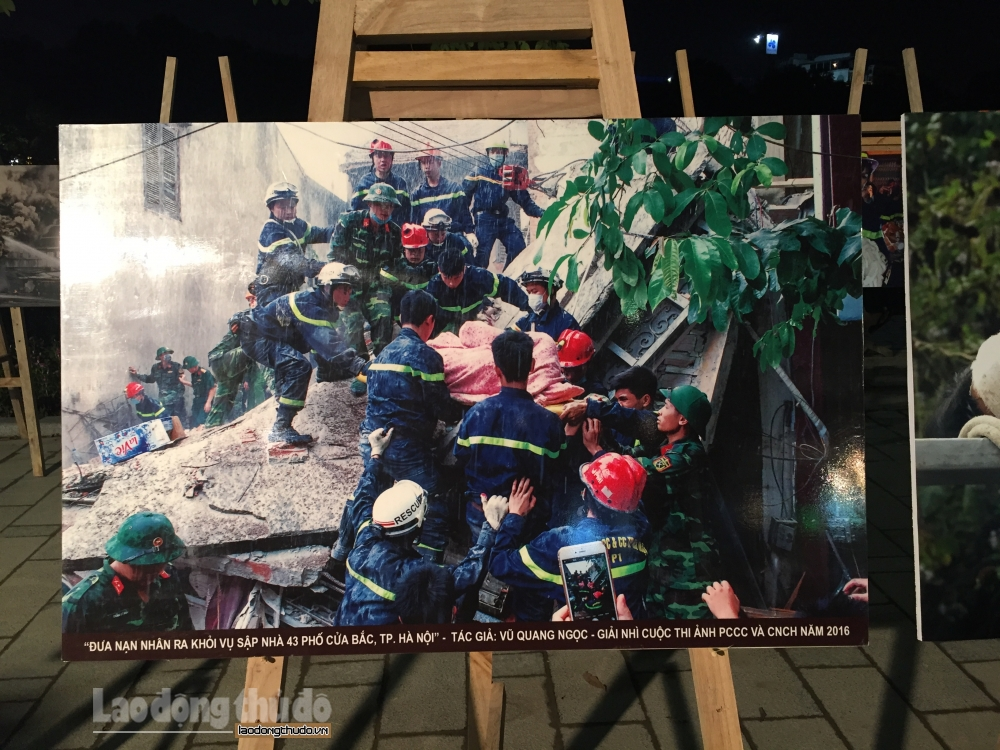 Trưng bày ảnh hưởng ứng Ngày toàn dân phòng cháy chữa cháy