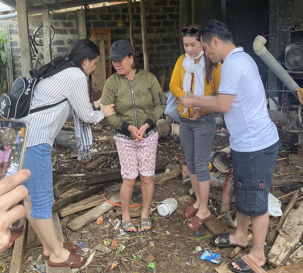 Nhà thiết kế Nhật Dũng cùng mẹ già thức khuya dậy sớm nấu cơm cứu trợ vùng lũ