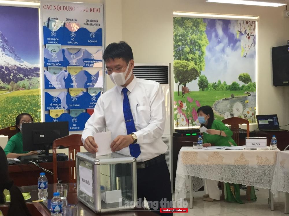 Hội nghị Cán bộ, viên chức, lao động và trao tặng thiết bị cho học sinh khó khăn