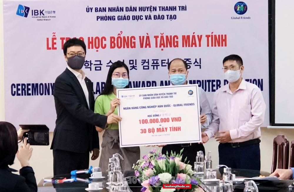 Huyện Thanh Trì tiếp nhận và trao tặng 30 máy tính cùng 100 suất học bổng cho sinh khó khăn