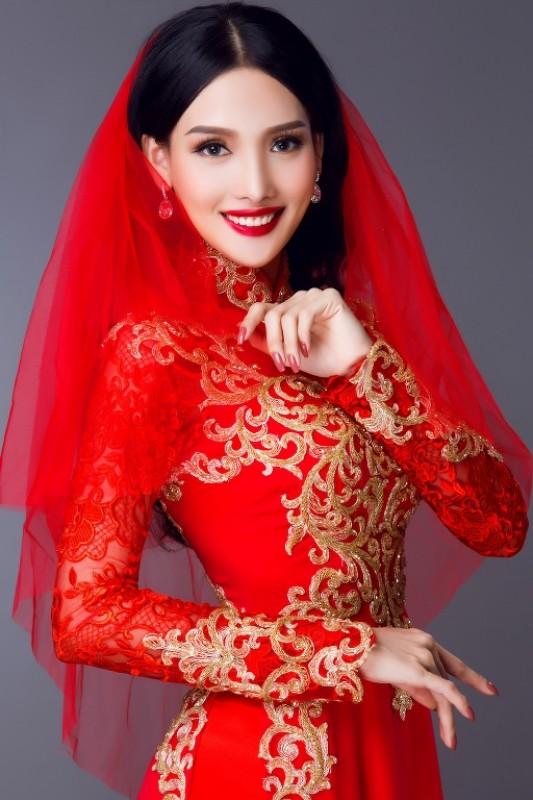 Hoa khôi Lê Nhã Băng quyến rũ trong mẫu áo dài đỏ rực