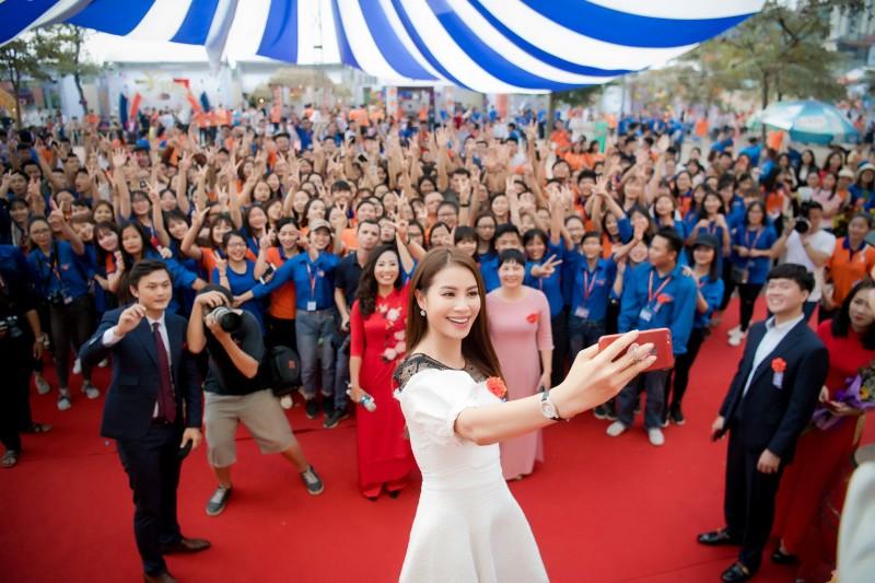 Phạm Hương nhảy flashmob cùng hàng nghìn sinh viên Hà Nội