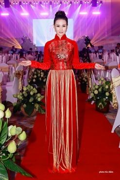 Hoa hậu Quý bà Châu Á tại Mỹ Sương Đặng xuất hiện tại Việt Nam trong áo dài truyền thống