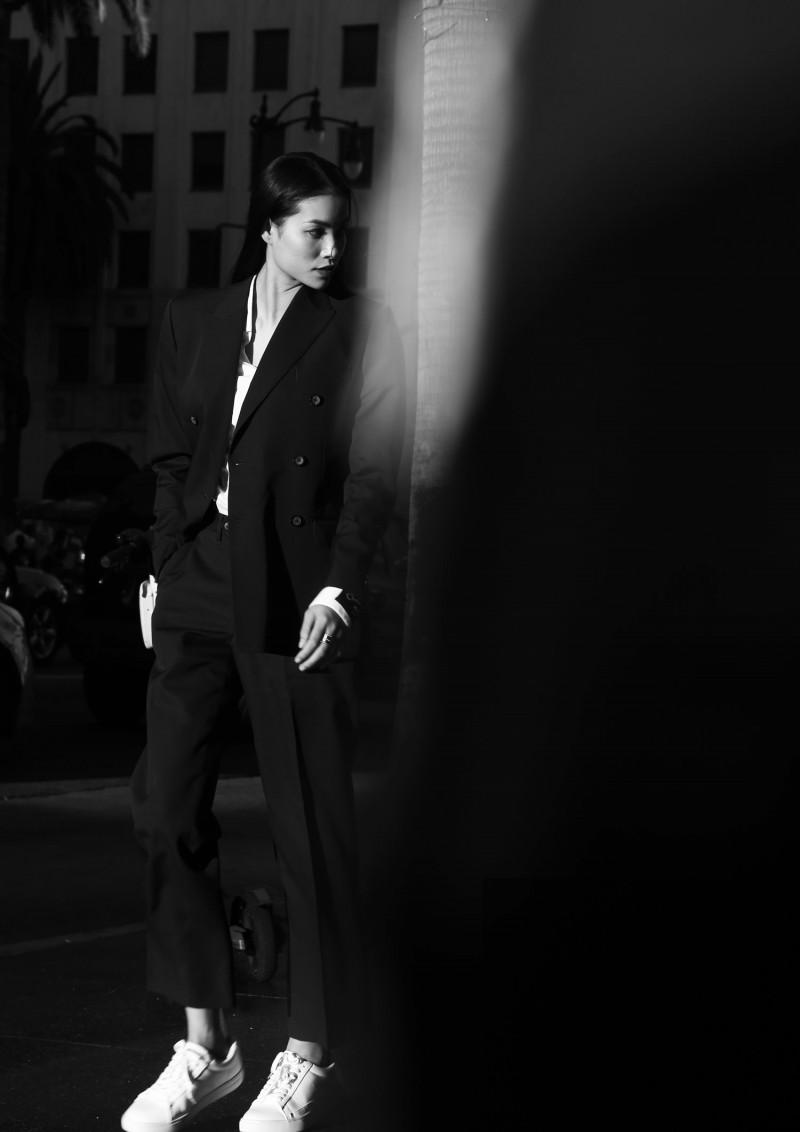 Phạm Hương chụp ảnh mẫu tại Đại lộ Danh vọng, khoe vẻ đẹp cá tính