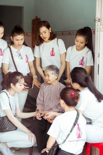 Top 30 Người đẹp Xứ Dừa thăm hỏi tặng quà mẹ Việt Nam anh hùng trước thềm chung kết