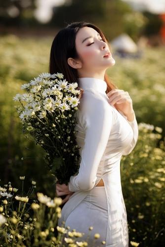 Á hậu Yan My đẹp tinh khôi bên cúc họa mi