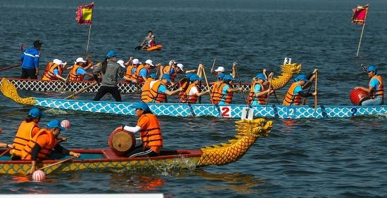 Hàng chục thuyền rồng khuấy động sóng nước Hồ Tây