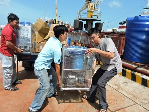 Máy lọc nước biển thành nước ngọt ra nhà giàn DK1. Ảnh: Xuân Mai.