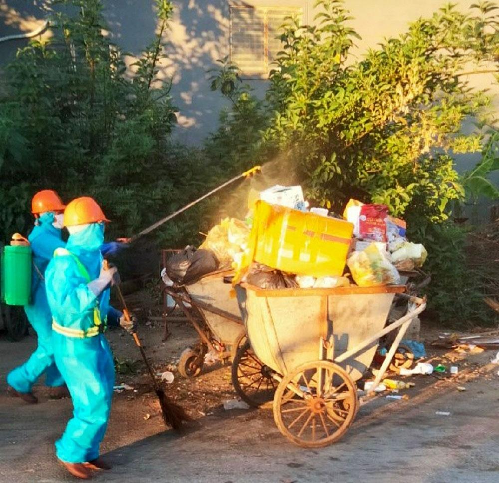 Nghệ An: Thu gom rác thải giữa