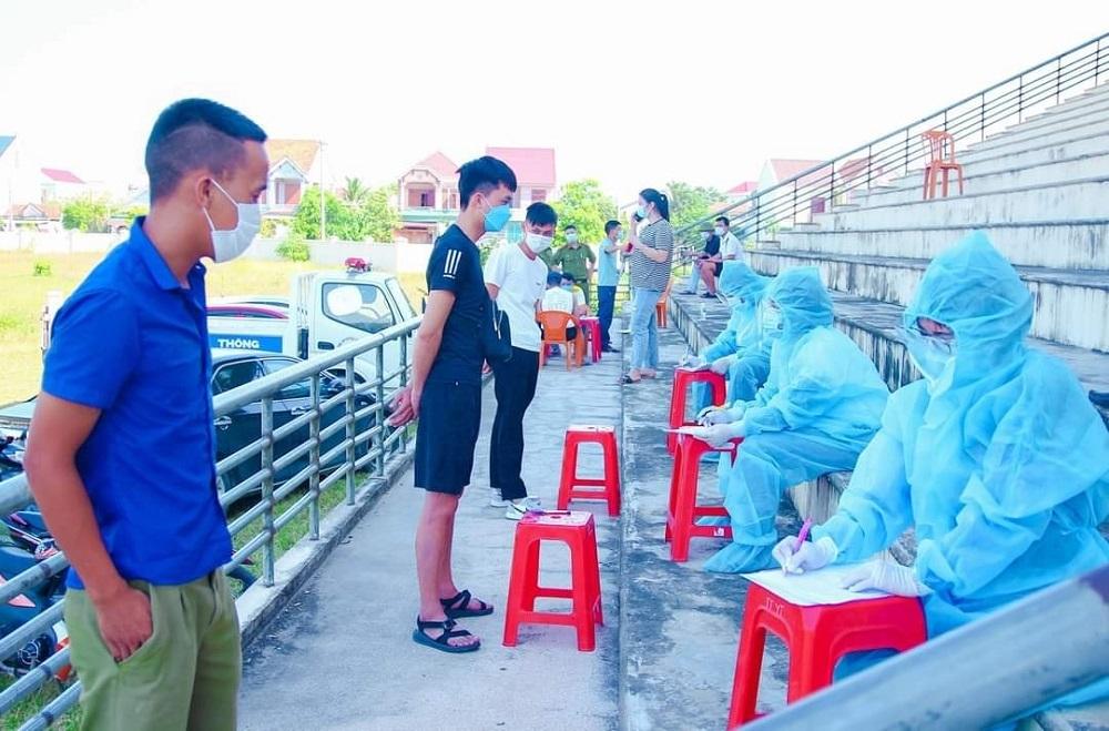 Nghệ An phát hiện 2 xe khách chở 40 người từ vùng dịch Covid-19 trốn khai báo