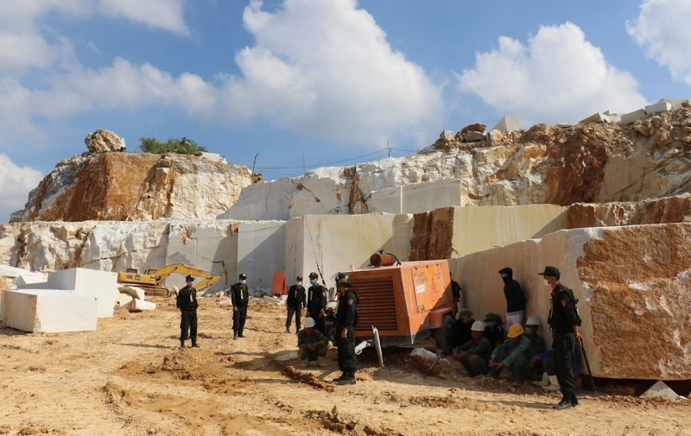 Nghệ An: Ngang nhiên khai thác đá trắng trái phép quy mô lớn