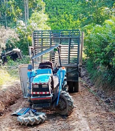 Nghệ An: Xe công nông tuột dốc đè trúng xe máy cày khiến 2 người thương vong