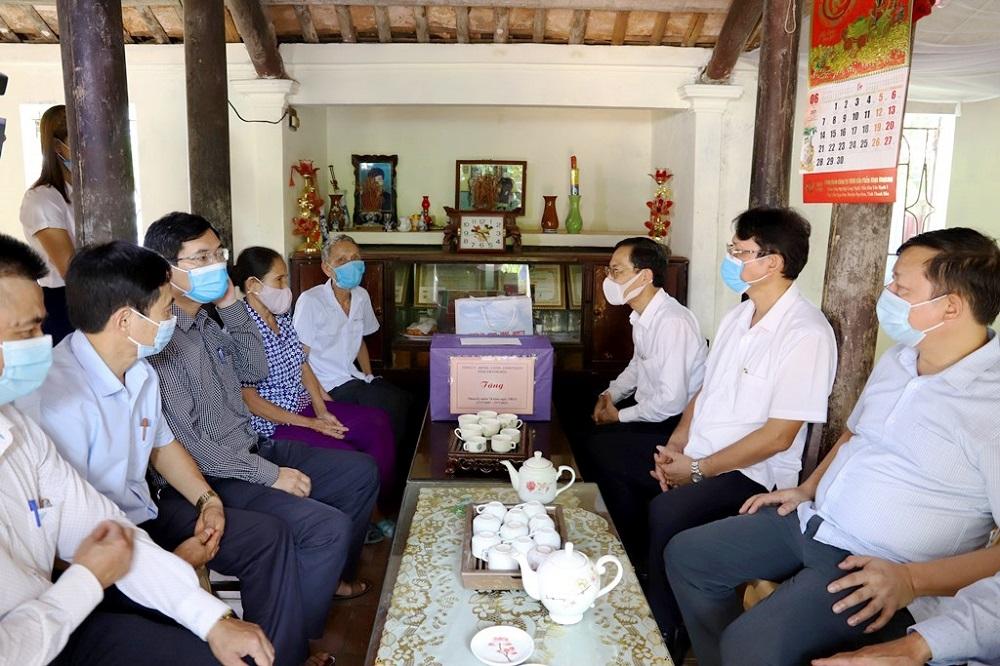 Lãnh đạo tỉnh Thanh Hóa viếng nghĩa trang liệt sỹ và tặng quà các gia đình chính sách