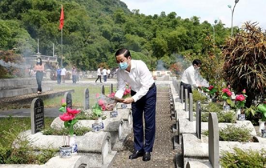 Lãnh đạo tỉnh Thanh Hóa viếng nghĩa trang liệt sĩ và tặng quà các gia đình chính sách