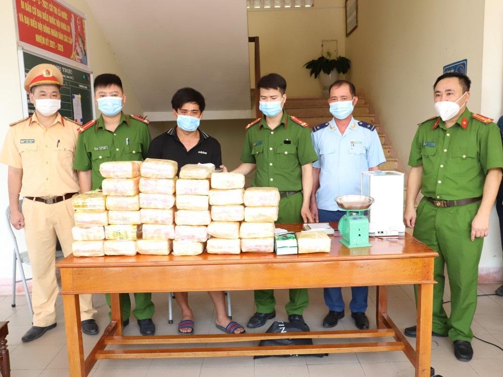 Công an Hà Tĩnh bắt nghi can vận chuyển 31kg ma túy, 12.000 viên hồng phiến