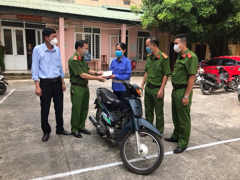 Thanh Hóa: Nữ công nhân vệ sinh môi trường nhận lại xe máy bị mất trộm