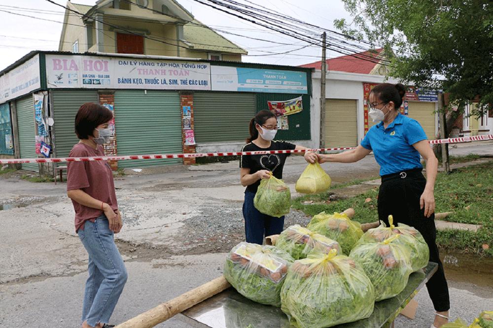 Công đoàn Nghệ An tặng 300 suất quà cho người lao động ở khu trọ bị giãn cách