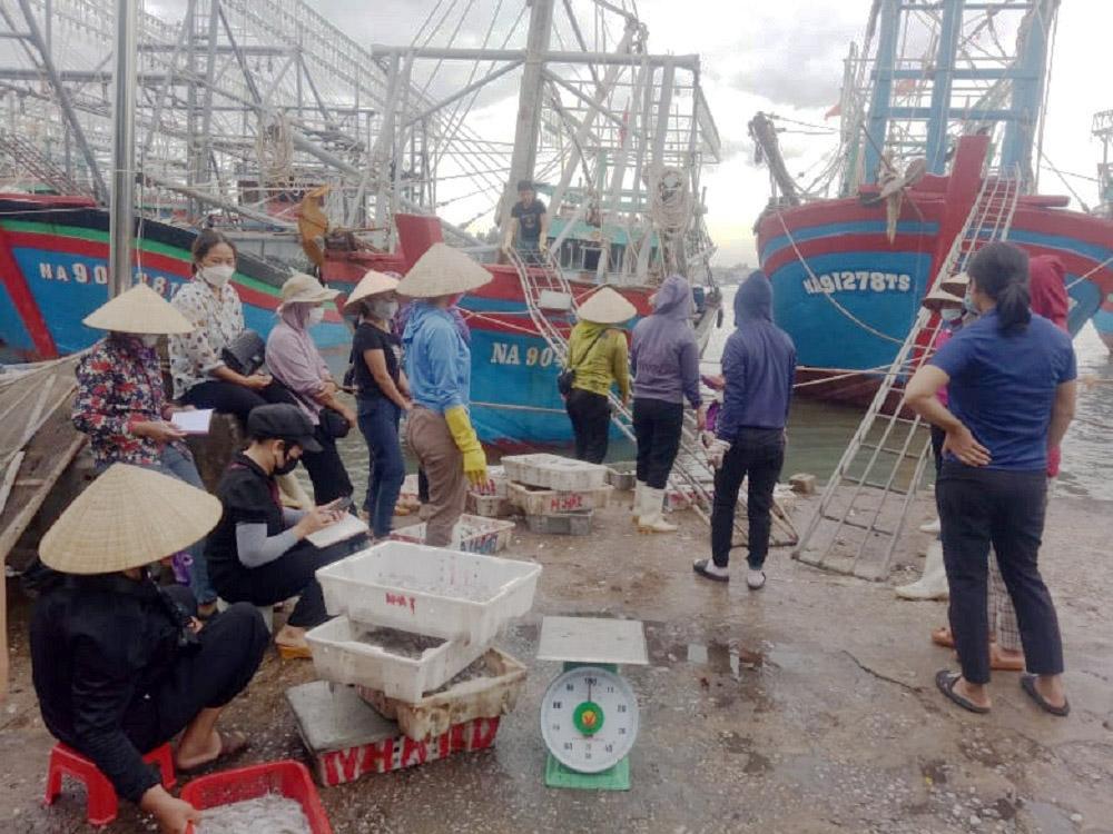 """Dịch Covid-19 """"đánh"""" vào ngư dân Nghệ An"""