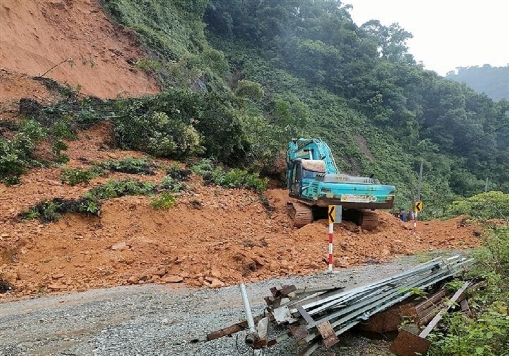 Hà Tĩnh: Mưa lớn gây sạt lở núi, ách tắc giao thông trên Quốc lộ 8A