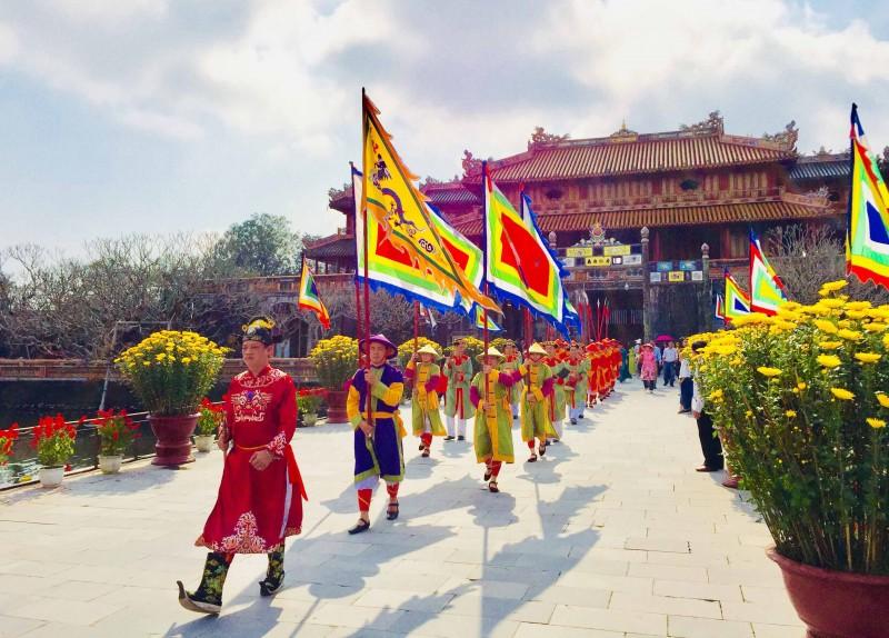 """Hàng nghìn du khách """"xông đất"""" Hoàng cung Huế"""